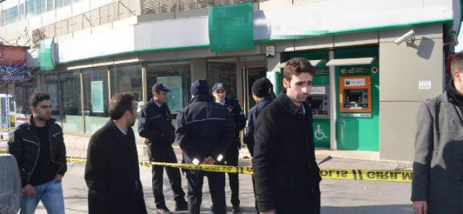 Taşla Camları Kırıp Bankaya Girdi, Gelen Polislere Teslim Oldu