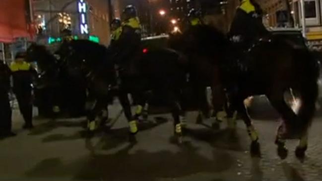 Hollanda polisi Türklerin üzerine at sürdü