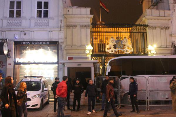 Hollanda Konsolosluğu'na Giriş Çıkışlar Kapatıldı