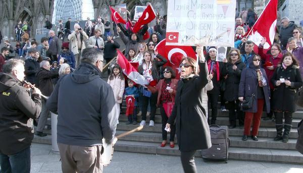 Tarihi Katedral Önünde Davullu Zurnalı İzmir Marşı