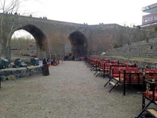 Tarihi Köprü'nün İki Kemerini İzinsiz Doldurdular