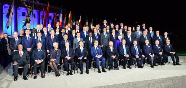 Fransız Bakan, G-20'de Eflatun Çoraplarıyla Dikkatleri Topladı