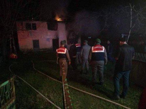 6 Kişilik Aile Evlerinde Çıkan Yangında Yaralandı