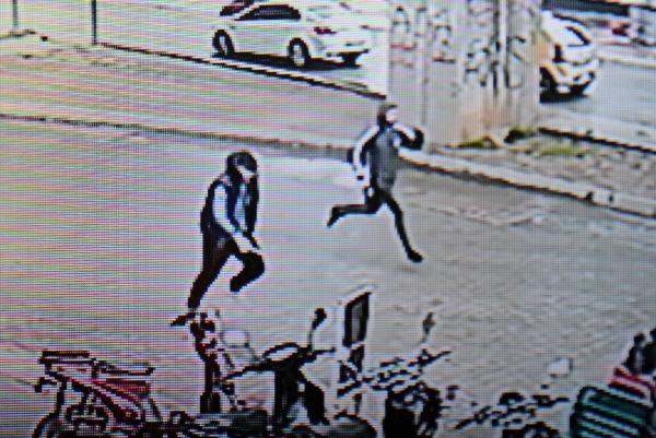 Silahlı Saldırganlar Güvenlik Kamerasında