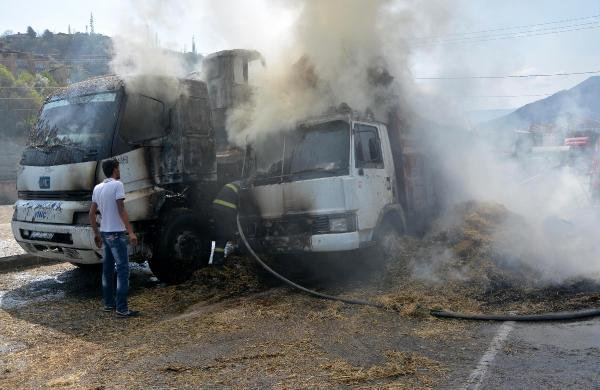 Karabük'te Saman Yüklü Kamyon Ve Vinç Yandı