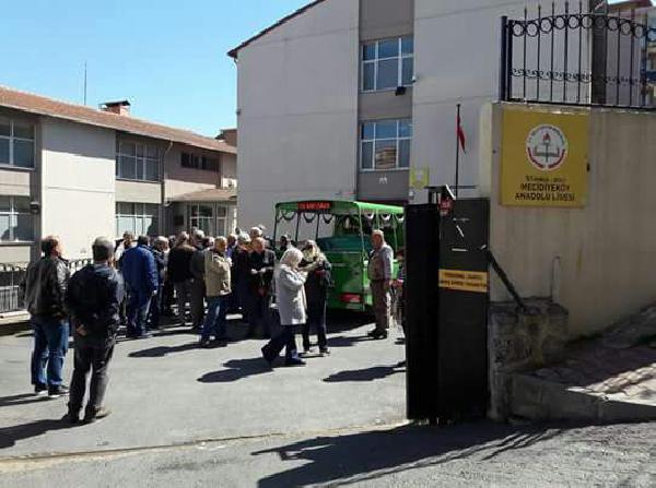 Emekli Öğretmenin Cenazesini Öğrencileri Kaldırdı