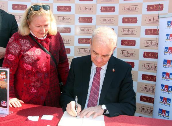 İker Başbuğ, Samsun'da Kitaplarını İmzaladı
