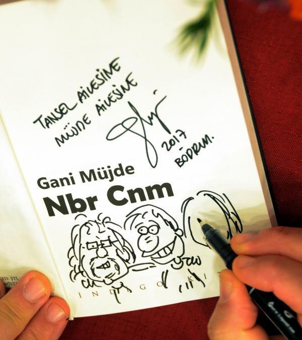 Gani Müjde, İmzaladığı Kitabına Okurunun Karikatürünü De Çizdi