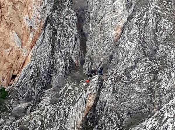 Kayalıklarda Ters Lale Toplarken Mahsur Kaldı, 7 Saatte Kurtarıldı