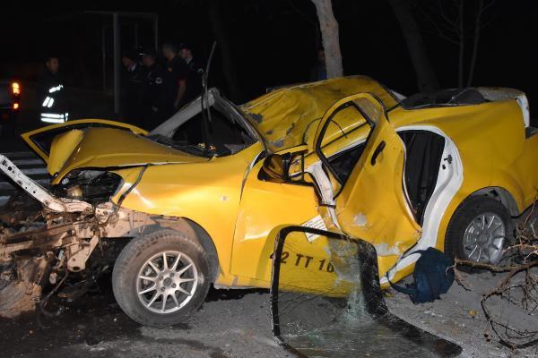 Ağaca ve Elektrik Direğine Çarpan Takside 2'si Ağır 4 Kişi Yaralandı