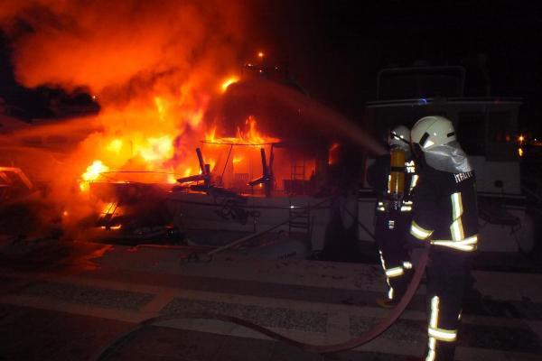 Marmaris Yat Limanı'nda Demirli 3 Teknede Yangın