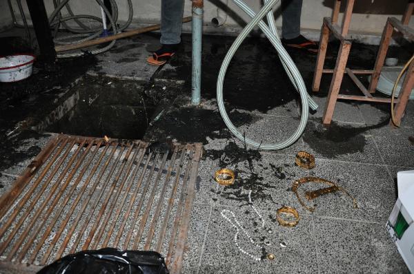 1 Hafta Önce Çalınan Ziynet Eşyaları Kanalizasyondan Çıktı