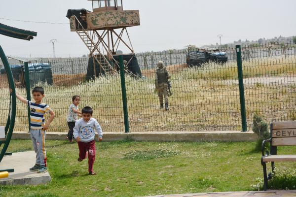 Sınırda Askerin Eli Tetikte, Çocuklar İse Parkta