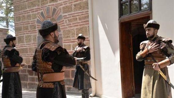 Ertuğrul Gazi Türbesi'nde asker 'Alp' kıyafetiyle saygı nöbeti tutmaya başladı.