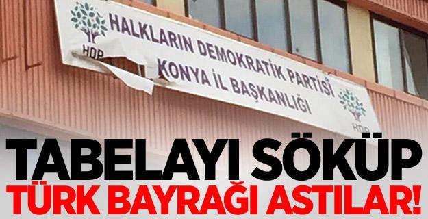 PKK Yandaşi HDP'nin Binasının Tabelası Söküp, Türk bayrağı astılar