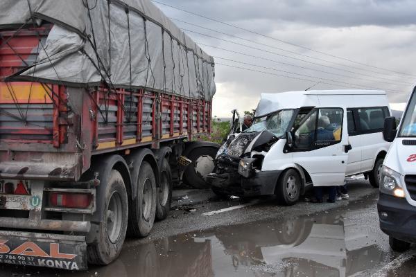 TIR, Öğretmenleri Taşıyan Minibüsle Çarpıştı: 11 Yaralı