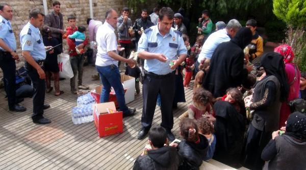 Polisin Durdurduğu Minibüsten 3 Gündür Aç Olan 51 Irak Türkmeni çıktı.