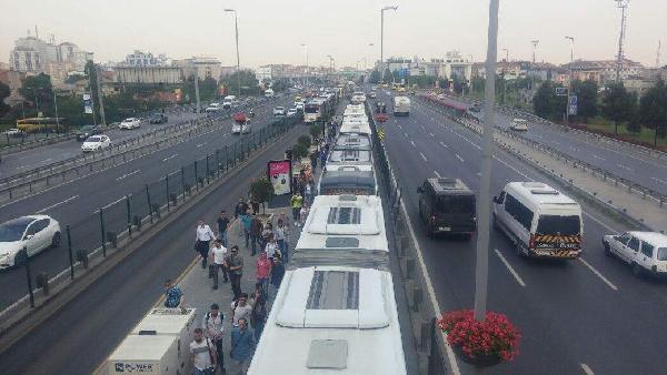 Metrobüs Arızalandı; Yolcular Metrobüs Yolunda Yürüdü (1)