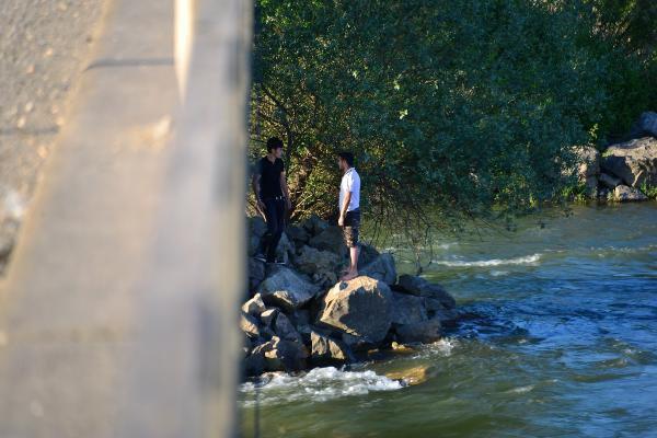 Köprü Ayaklarında Mahsur Kalan 2 Genci İtfaiye Kurtardı