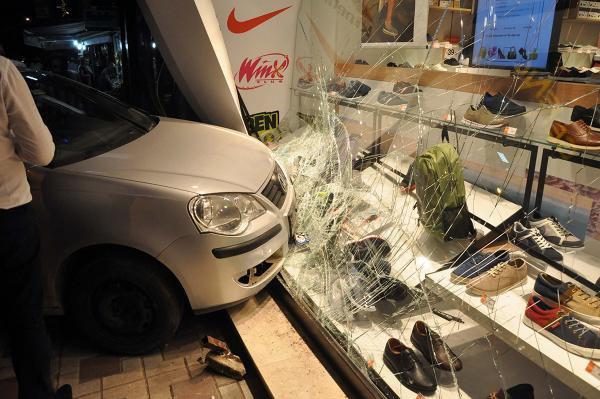 Minibüsle Çarpışan Otomobil, Mağazanın Vitrinine Çarptı