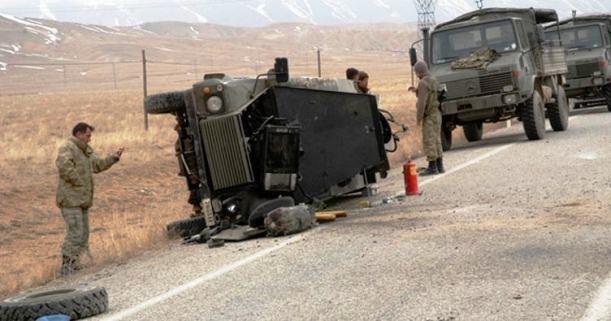 Hakkari'de askeri araç devrildi, yaralılar var.
