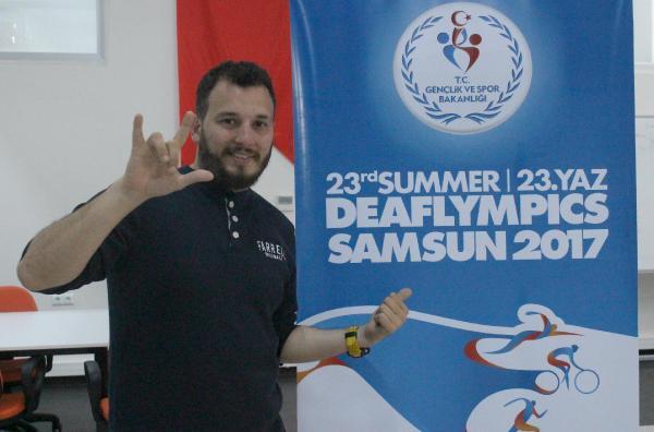 İşitme Engelli Genç Gönüllülere İşaret Dili Eğitimi Veriyor