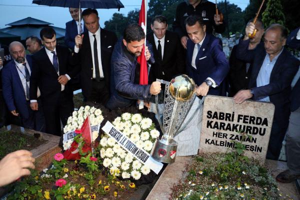 Beşiktaş, Şehit Emniyet Müdürünün Mezarına Şampiyonluk Kupasını Götürdü