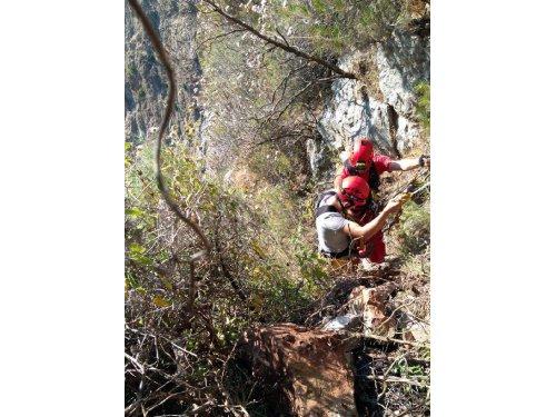 Kayalıklara Tırmanıp Mahsur Kalan Öğrencileri Kurtarıldı