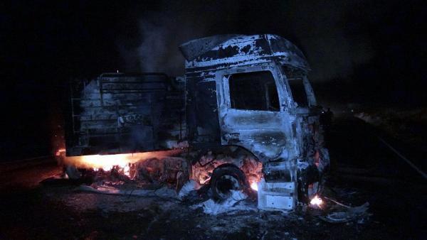Pkk'lı Teröristler Yol Kesip, Kömür Yüklü Tır'ı Ateşe Verdi
