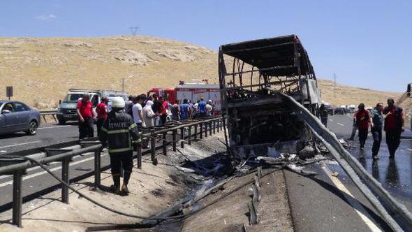 Şanlıurfa'da Bariyerlere Çarpan Otobüs Yandı: 25 Yaralı