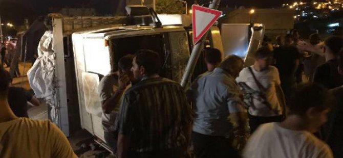 Derik'te Freni Patlayan Buğday Yüklü Tır, Otomobile Çarptı: 2 Yaralı