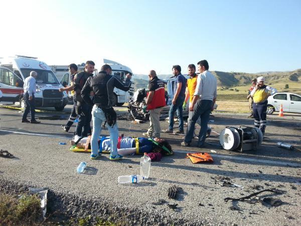 Erzincan-Sivas Karayolunda 2 Otomobil Çarpıştı, 3 Kişi Öldü, 7 Yaralı Var
