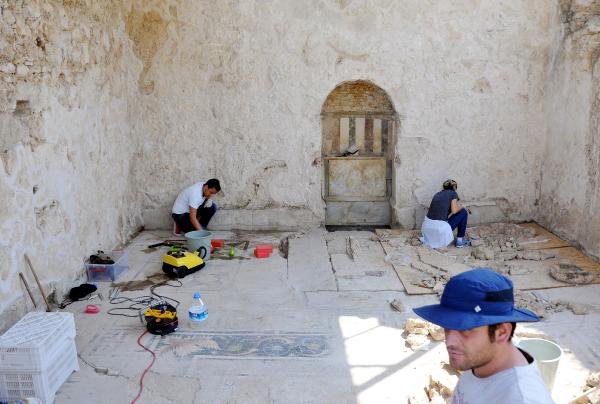 Antik Perge'deki Eşsiz Mozaik Gün Yüzüne Çıkarılıyor