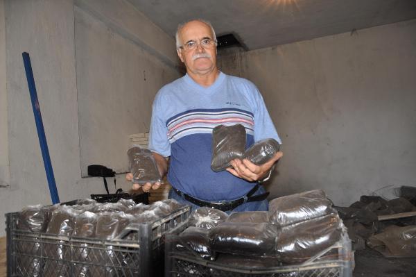 Emekli Öğretmen Solucan Gübresi Üretiyor
