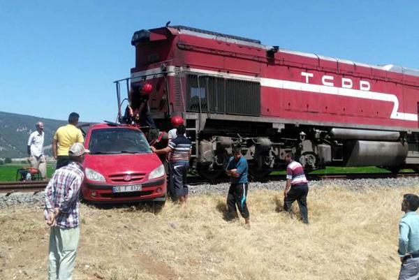 Yük Treni Otomobile Çarptı: 2 Ölü, 1 Yaralı
