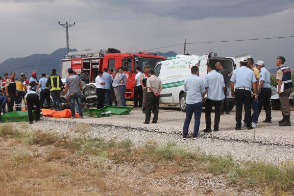Karaman'da 2 Otomobil Çarpıştı: Çok Sayıda Ölü ve Yaralılar Var