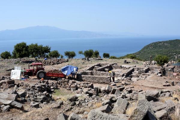 Assos'ta 2 Bin Yıllık Bronz Kalem ve Kemik Zar Bulundu