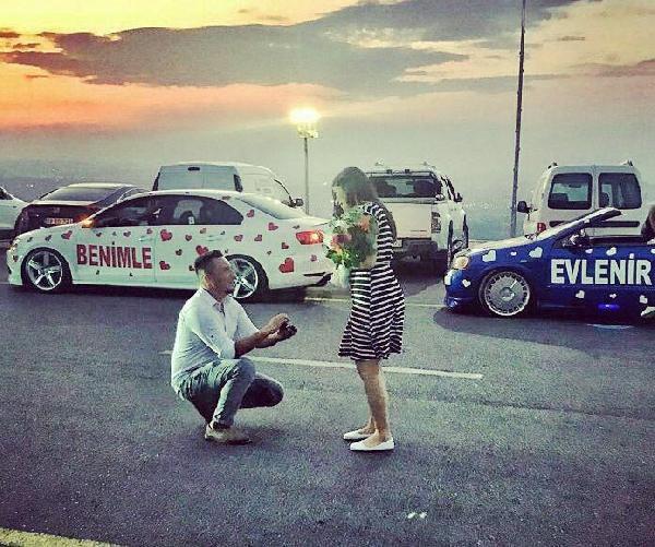 Kalplerle Süslediği Otomobillerle Evlilik Teklifi Yaptı