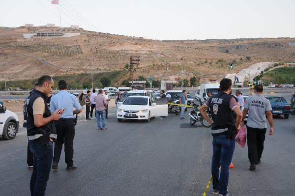 Polisin 'Dur' İhtarında Bulunduğu Otomobilden Ateş Açıldı: 1'i Polis 2 Yaralı