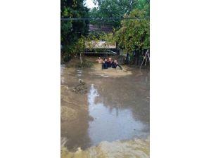 Gemlik'de Sağanak Yağmur Ev Ve İşyerlerini Bastı