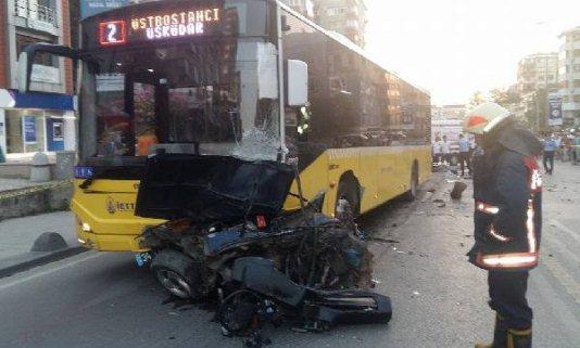 Kadıköy'de Otomobil Belediye Otobüsünün Altına Girdi Ölü ve Yaralılar Var