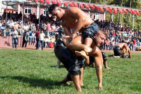 Alaplı Yağlı Güreşleri'nin Başpehlivanı İsmail Balaban Oldu