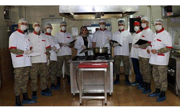Vatani Görevlerini Yaparken Aşçılığı da Öğreniyorlar