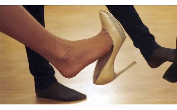 Meslektaşını ince topuklu ayakkabısıyla kör etti