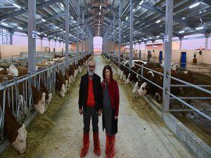 Süt Üreticisi Girişimcinin Destekçisi Moda Tasarımcısı Eşi