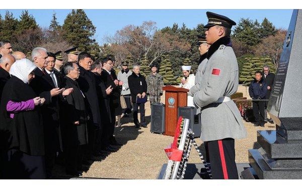 Başbakan Yıldırım Güney Kore Türk Şehitliğini Ziyaret Etti