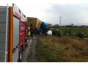 Otomobil, Tır'la Çarpıştı; Aynı Aileden 4 Kişi Öldü