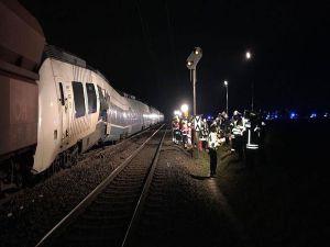 Almanya'da Yük Treni İle Yolcu Treni Çarpıştı: 50 Yaralı
