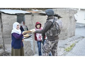 Diyarbakırlı Kadınlardan Polislere Sıcak Ekmek İkramı