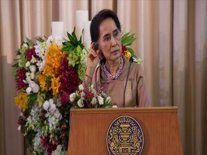 Oxford, Myanmar lideri Suu Çii'ye verdiği nişanı geri aldı